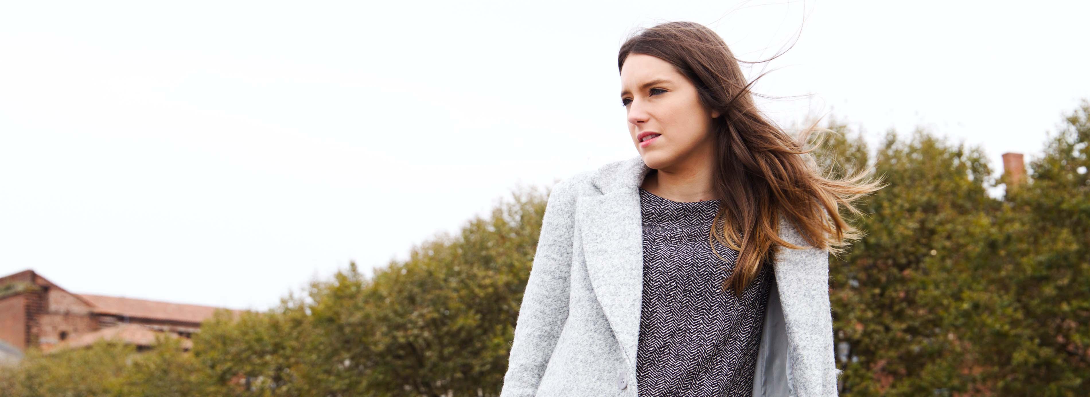 Manteau droit gris clair en laine robe working girl droite confortable noir et blanc